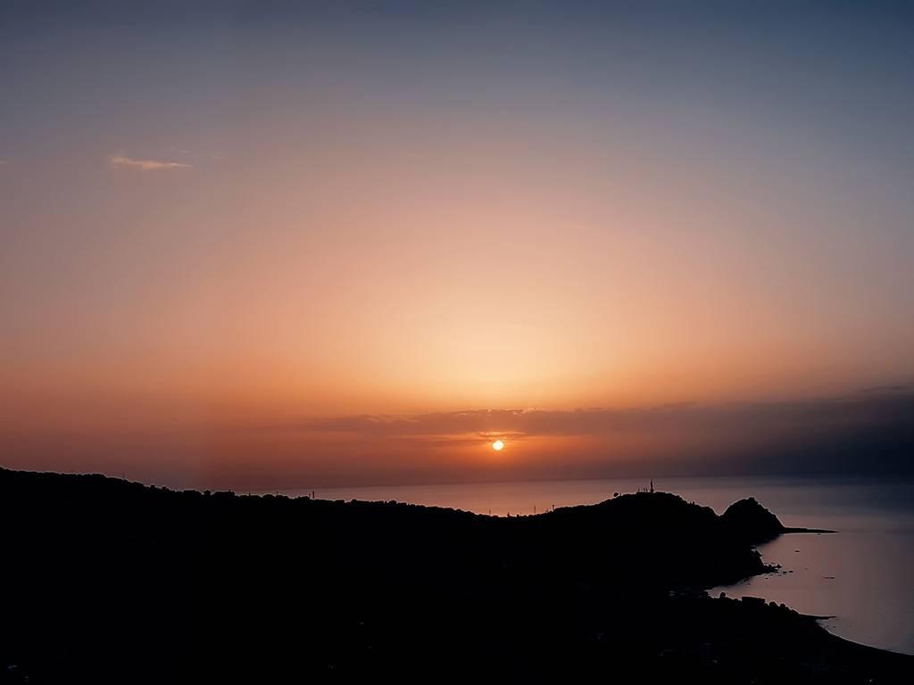Atardecer en playa de Sicilia, Italia